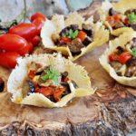 Cestino di parmigiano con melamnzane, pomodorini e mozzarella