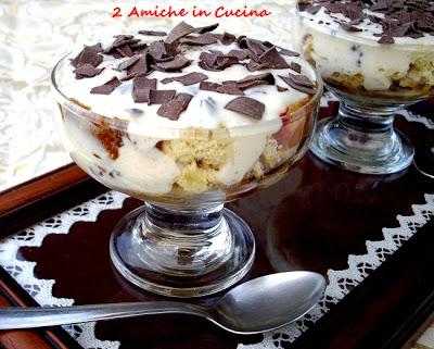 Coppa al panettone con golosa crema al rum e scaglie di cioccolato