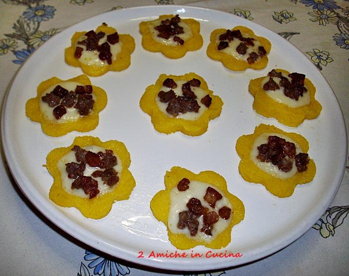 Fiori di polenta, pecorino, pancetta affumicata e salsiccia