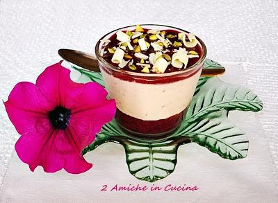 Bicchierini con Mousse allo Yogurt e Ciliegie, con Cioccolato Bianco e Pistacchi