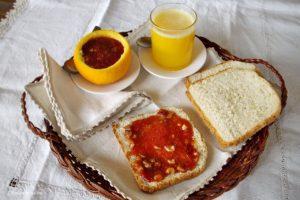 Cestino con confettura di fichi e prugne con agrumi, frutta secca e marsala