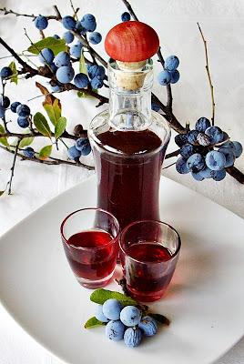 bottiglia di liquore alle prugne fatto in casa