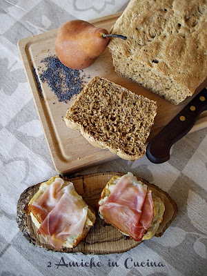 crostoni di pane integrale con pecorino, pere e speck