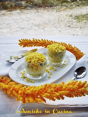 Bicchierini di couscous al curry con pollo, piselli e uova mimosa