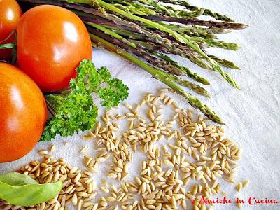 farro, asparagi e pomodori maturi