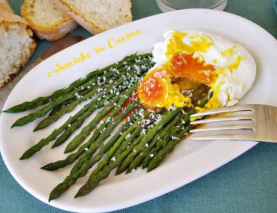 asparagi lessati con uovo in camicia