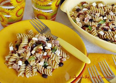 Insalata di Fusilli al Sedano con Fagioli Neri, Pomodori Rustici e Ricotta Salata