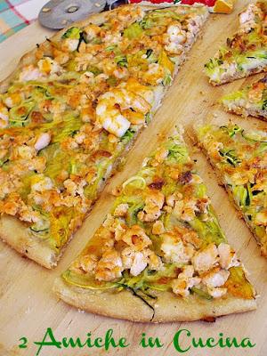 pizza con zucchine, salmone, gamberi e zucchine, ricetta per l'estate