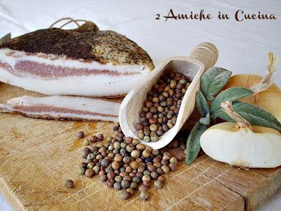 Ingredienti per il crostone alla roveja con uova e guanciale