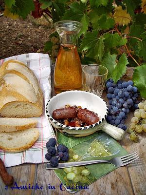 secondo piatto con salsicce e uvam, tipico dela periodo di vendemmia in umbria