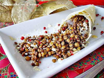 cornucopia di parmigiano reggiano con lenticchie, centrotavola da mangiare