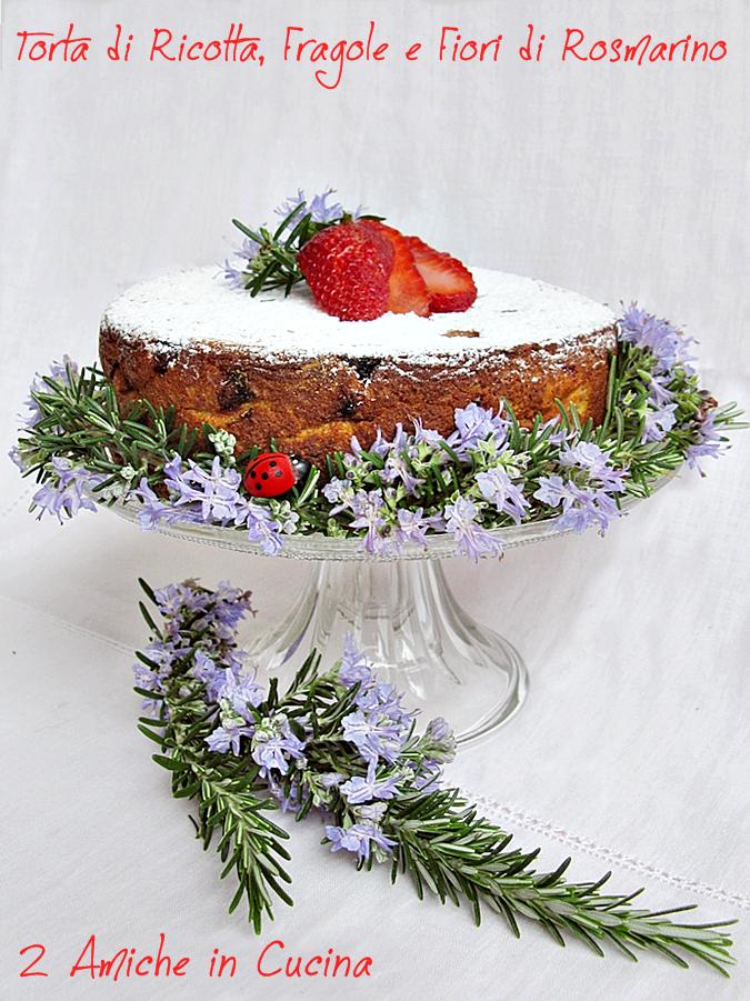 Torta di ricotta, fragole e fiori di rosmarino