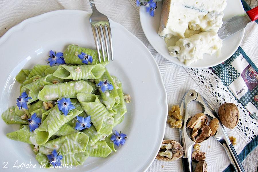 Garganelli alla borragine con gorgonzola, noci e fiori di borragine
