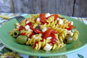 Fusilli con peperoni, olive e mozzarella