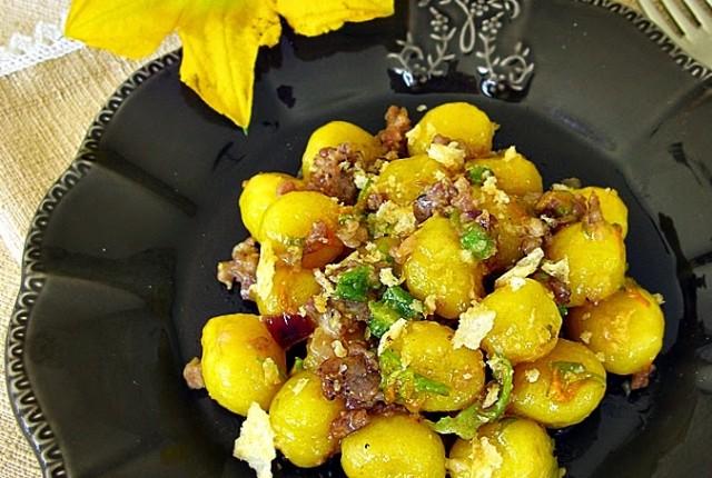 Gnocchetti di Patate allo Zafferano con Salciccia e Fiori di Zucca