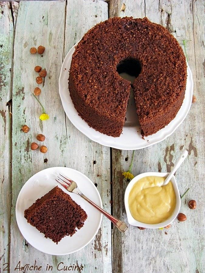 Chiffon cake al cacao con nocciole e crema