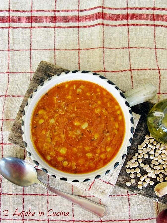 Zuppa di cicerchie con pomodoro e erbe aromatiche, ricetta tipica umbra