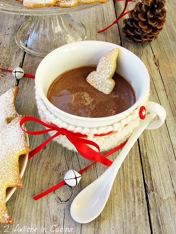 Cioccolata calda in tazza con biscotti alle spezie