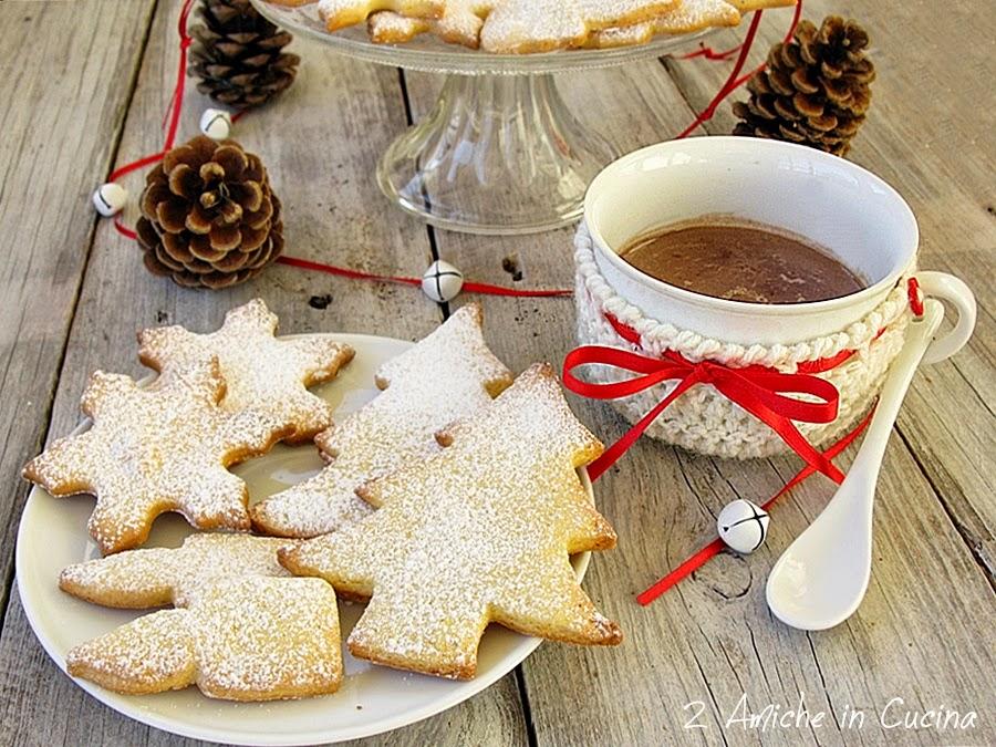 Biscotti di natale con cioccolata in tazza