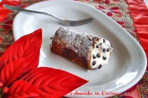 cannolo di panettone ripieno di ricotta e lenticchie al cacao