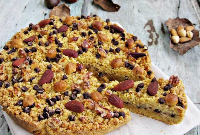 Torta sbrisolona con frutta secca, castagne e gocce di cioccolato fondente
