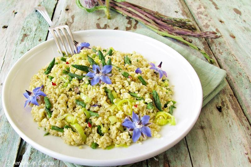 Miglio con asparagi, porro e fiori di borragine