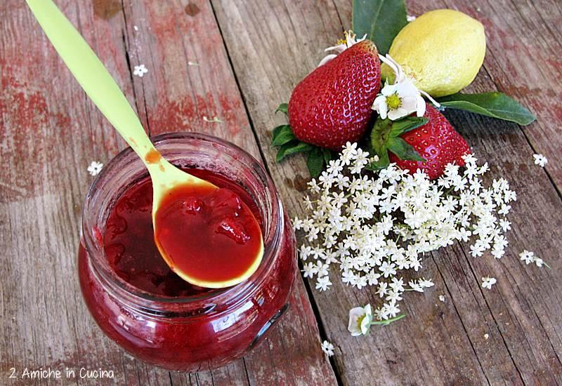 Confettura di fragole ai fiori di sambuco e limone