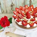 crostata al cioccolato con crema al pistacchio, fragole, panna montata e cioccolato bianco