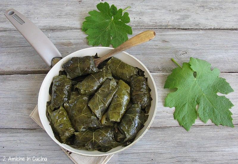 Dolmades involtini di foglie do vite con carne e riso