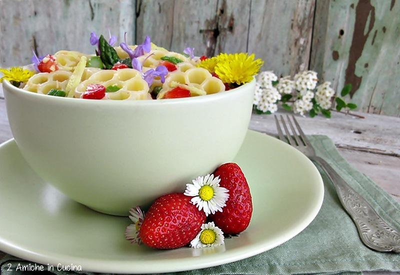 insalata di pasta con fragole, asparagi e fiori