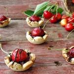 Crostatine alle ciliegie con Parmigiano Reggiano e cioccolato fondente