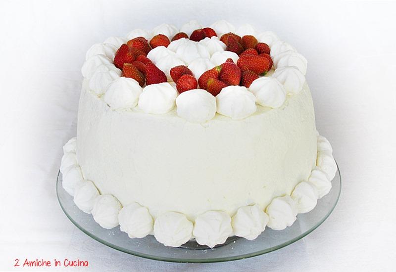 Torta soffice al limone e mandorle con crema al cioccolato bianco, fragole, panna montata e meringhe