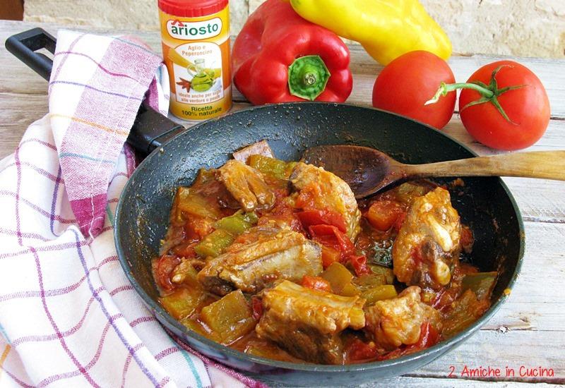 Costine di maiale piccanti con peperoni e pomodori