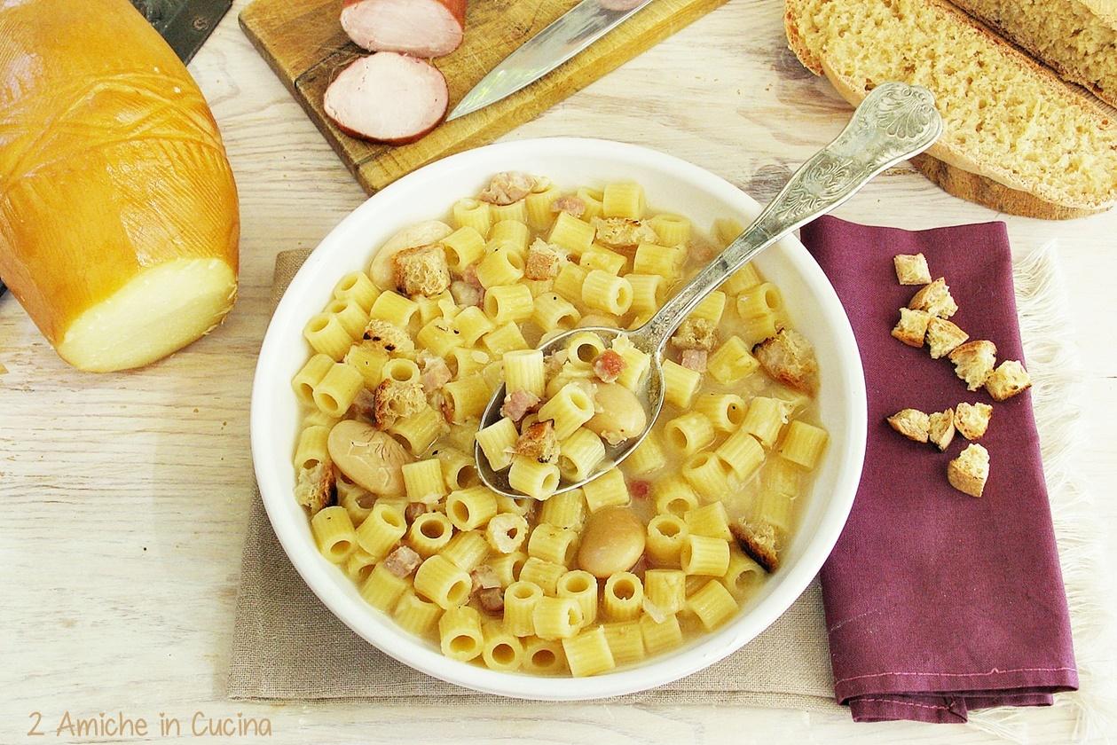 Minestra di pasta e fagioli di Wrzawa con salsiccia di Liszki, Oscypek  e crostini di pane alla barbabietola