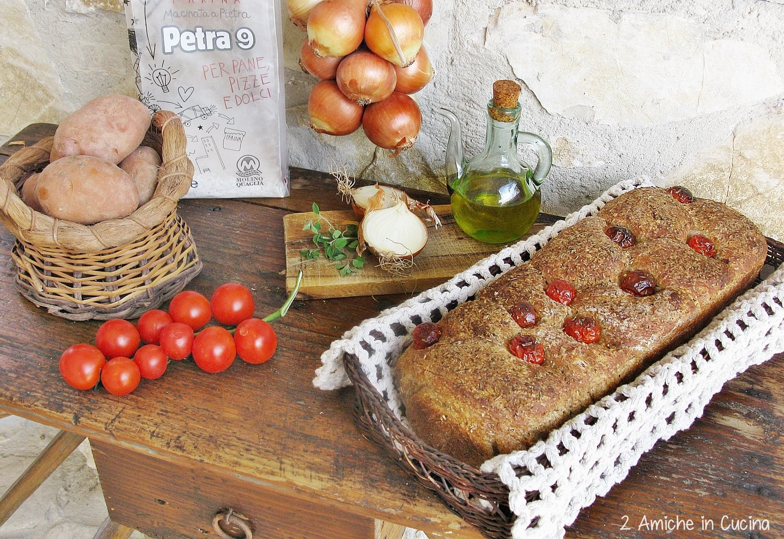 Pane integrale alle patate e cipolle con pomodorini e origano