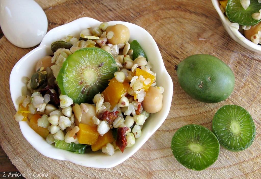 Insalata di grano saraceno, ceci, pomodori secchi, baby kiwi Nergi, zucca e semi