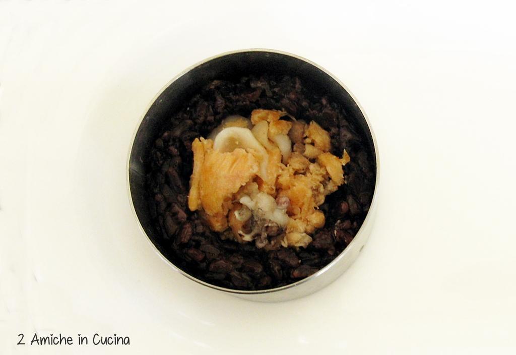 Tortino di riso Venere al salmone e seppioline preparazione