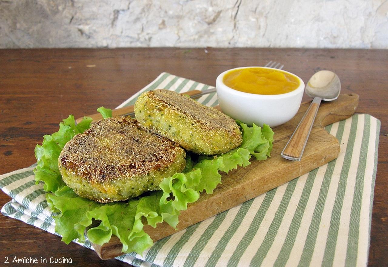Burger vegan di zucca e broccoli con salsa di zucca piccante al curry