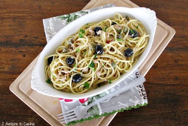 Spaghetti con tonno, capperi e olive nere