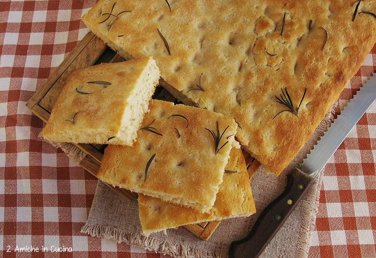 Focaccia all'olio e rosmarino con esubero di pasta madre