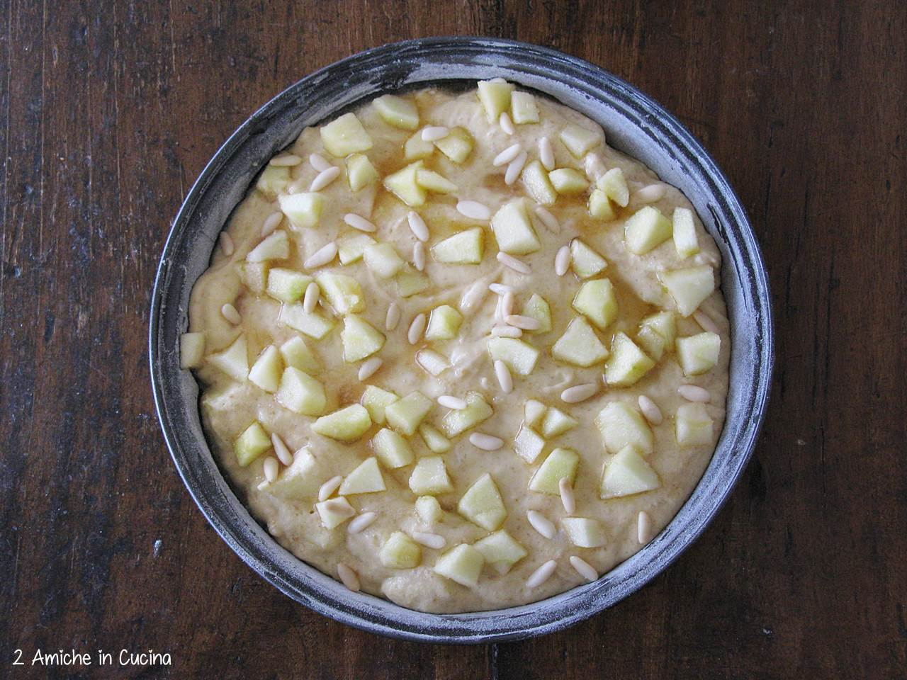 Torta di mele semi integrale con pinoli preparazione
