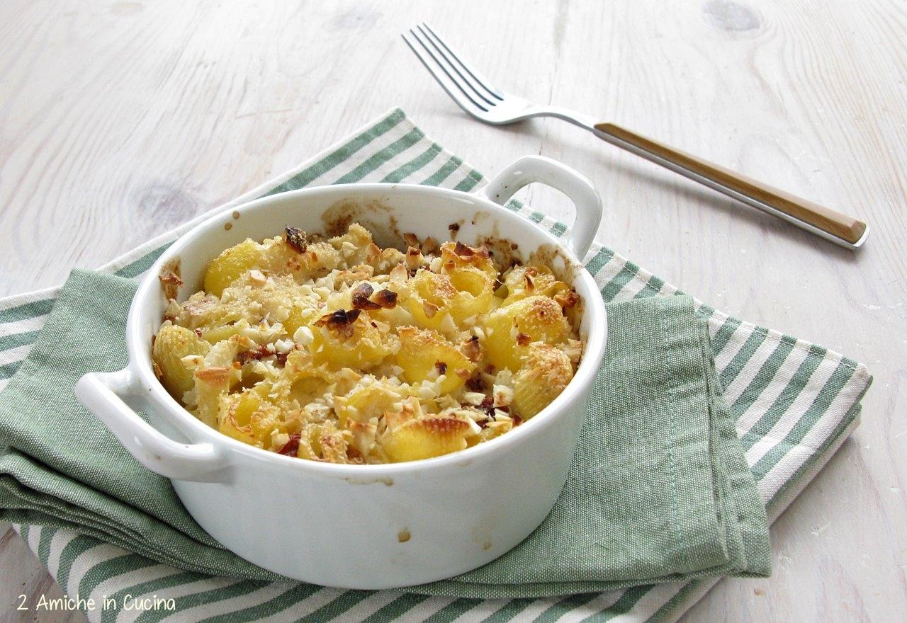 Sformato di pasta vegan con cavolfiore, pomodori secchi e mandorle