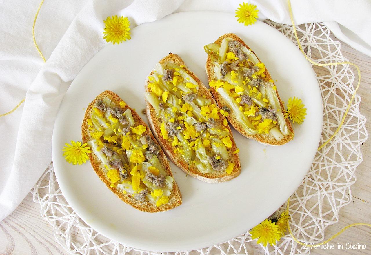 Antipasto primaverile con sottoli, uova e alici