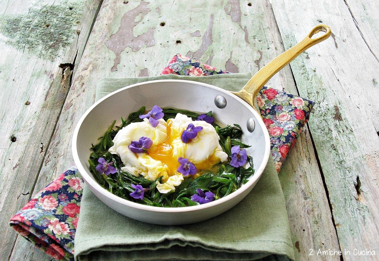 Uovo in camicia con erbette e fiori di campo