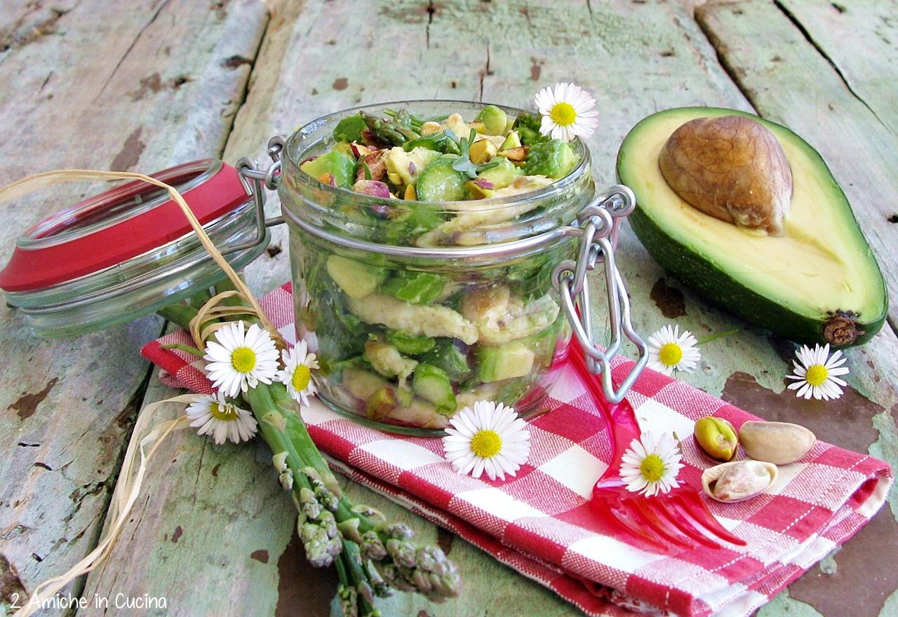 Insalata di pollo, avocado e asparagi