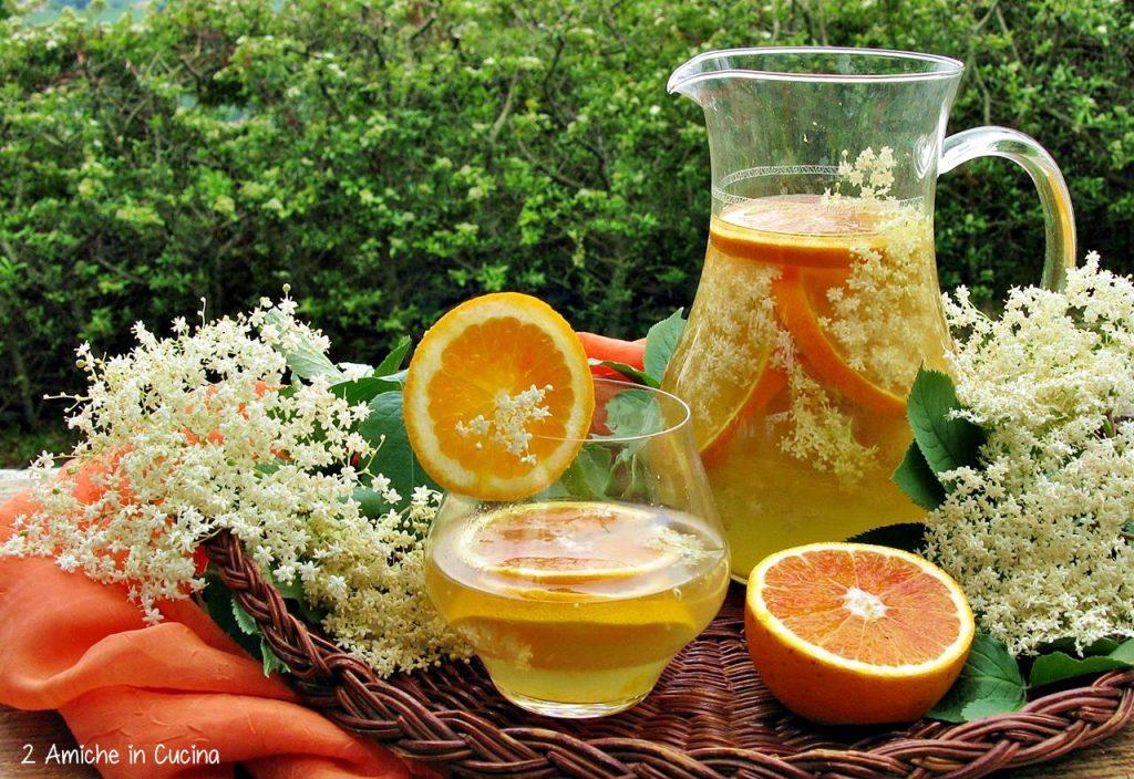 Acqua aromatizzata all'arancia e fiori di sambuco