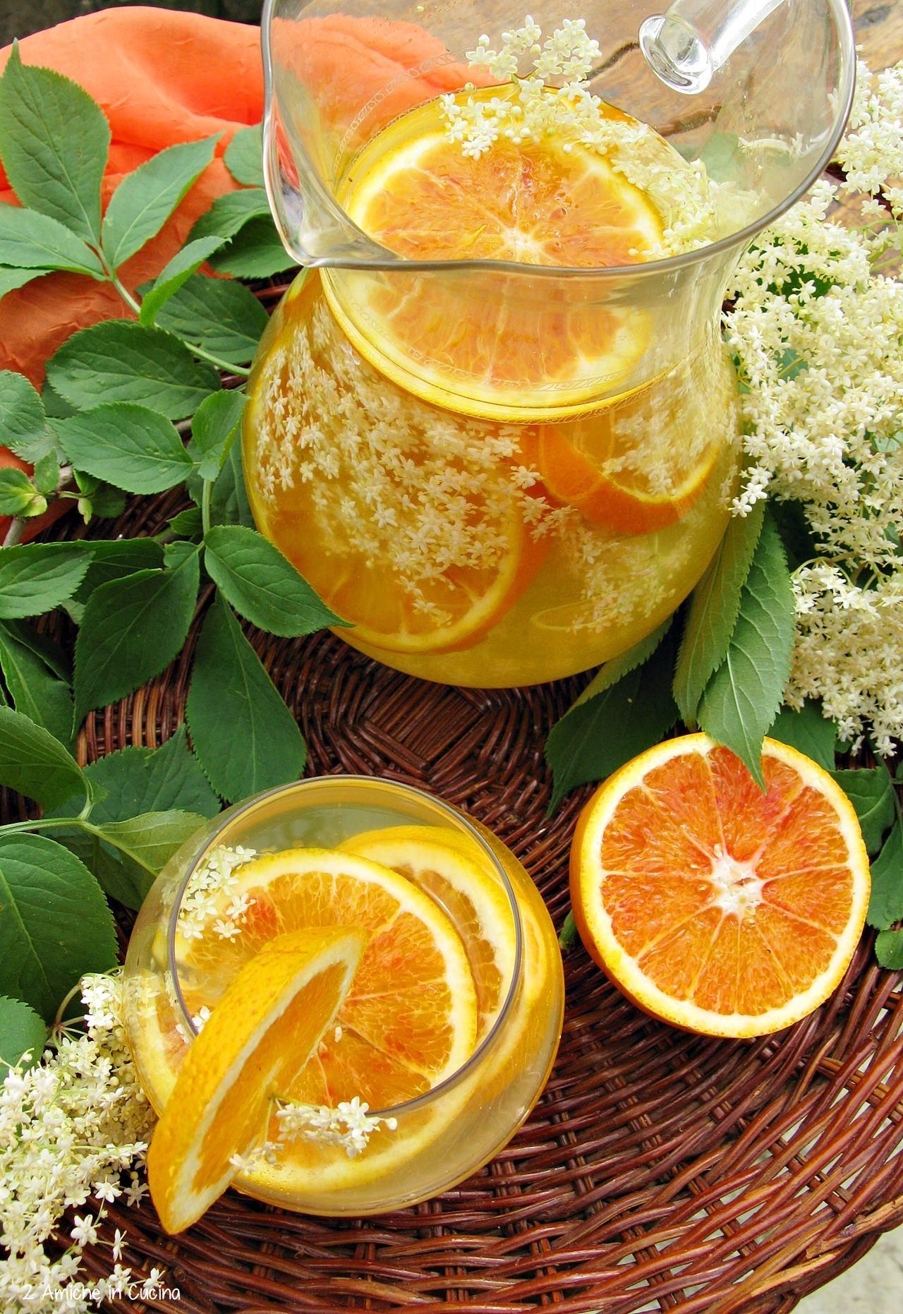 Acqua aromatizzata con fiori e frutta