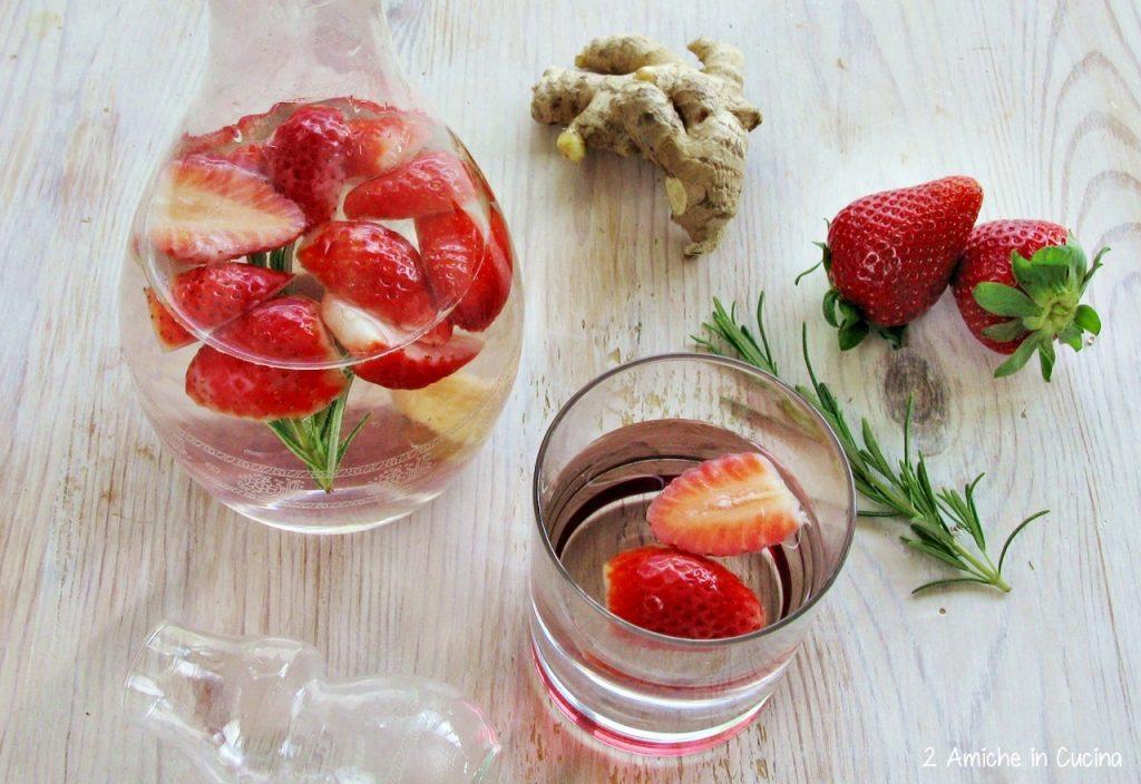 Acqua aromatizzata alle fragole, rosmarino e zenzero