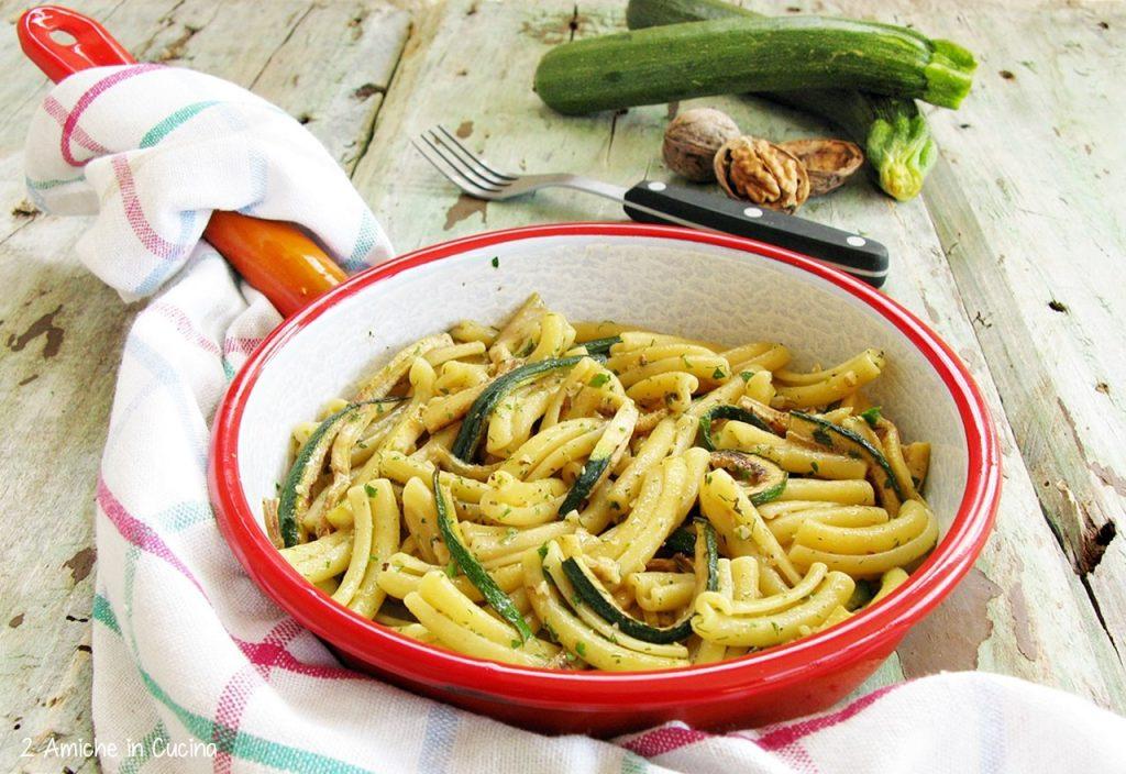 Casarecce alle zucchine, erbe aromatiche e noci