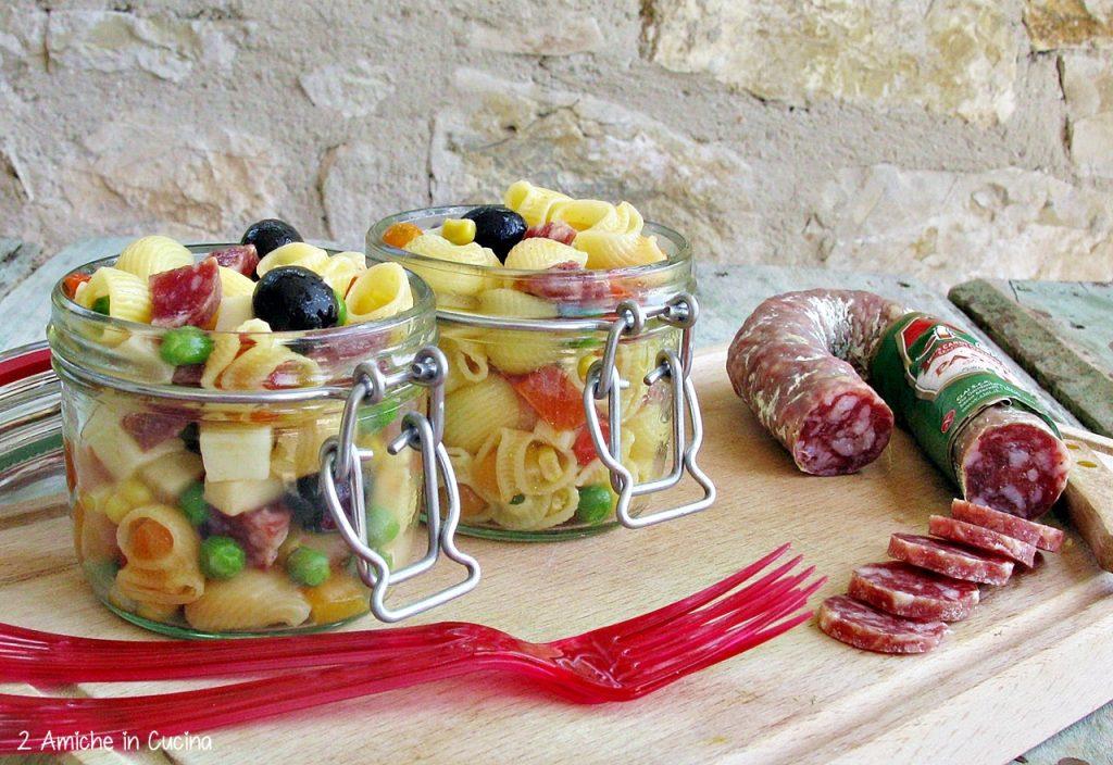 Pasta senza glutine con salame e verdure, nei vasetti per un picnic